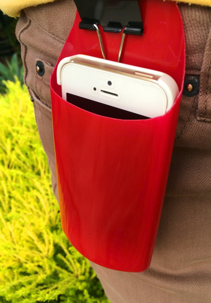 It is so easy to make this plastic phone holder from an old shampoo bottle! - thelinkssite.com
